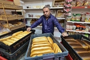 Businessman is criticized by poor people for handing out FREE bread (photos)