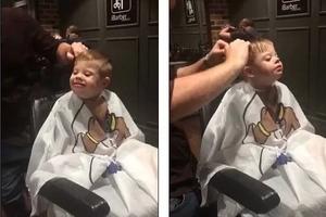 Adorable pequeño con síndrome de down en la peluquería derrite los corazones del mundo entero