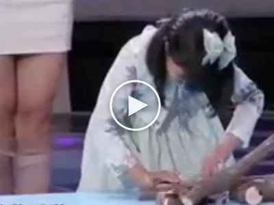 Talentadong bata! Amazing Chinese girl hypnotizes and puts to sleep scary animals live on stage