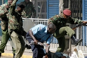 12 chokoras attack police officer with pangas and stone him in Nairobi