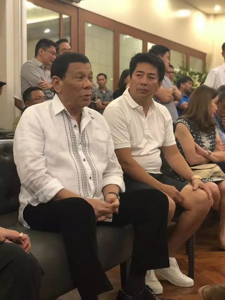Willie Revillame caught in deep serious conversation with Pres. Duterte during former senator's wake