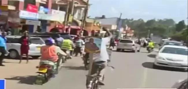Mwanamume atumia baiskeli kufanya kampeni kwa lengo la kumng'oa rafiki wa Ruto mamlakani(PICHA/VIDEO)