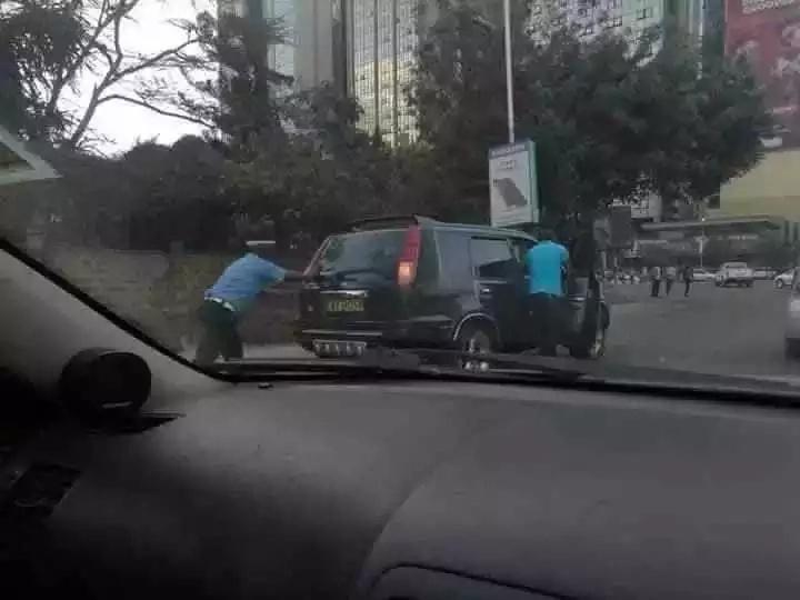 Afisa wa polisi awasisimua watumiaji wa mitandao ya kijamii baada ya kuchukua hatua hii (PICHA)