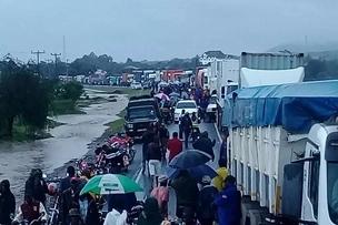 Passengers survive as flood sweep off bus along Nairobi-Mombasa road