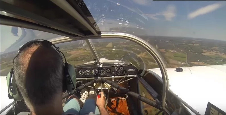 What this pilot does when the propeller of his plane falls off is incredible