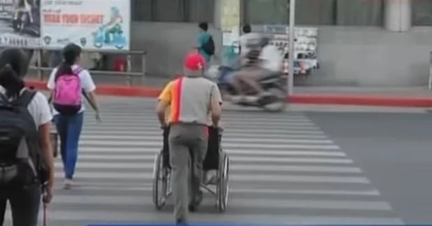 Jollibee crew gains praises for helping woman in wheelchair cross street