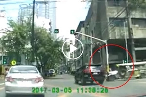 This is why we need discipline! Jeepney breaks traffic rule and hits SUV