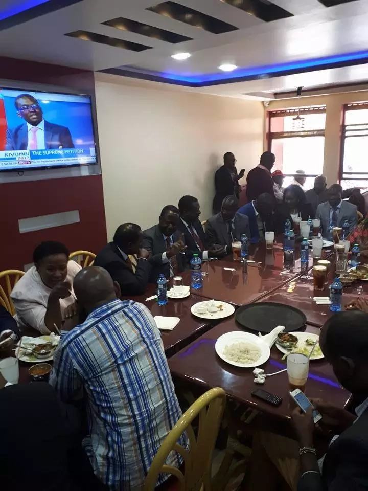Raila,Kalonzo take lunch break after grueling Supreme Court session