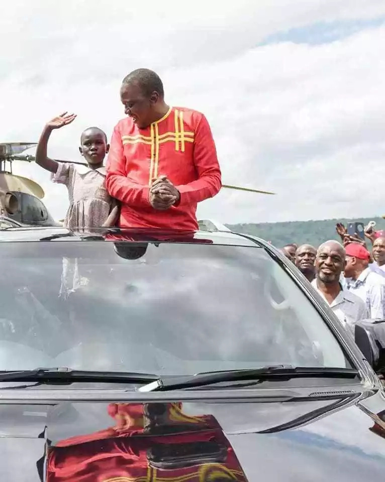 Uhuru excites the internet by letting a schoolgirl enjoy his ride in Kericho (photos)