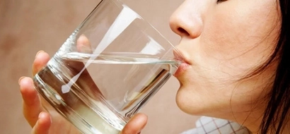 Cuando tomas agua en ayunas al despertar, sucederán estas 8 increíbles cosas