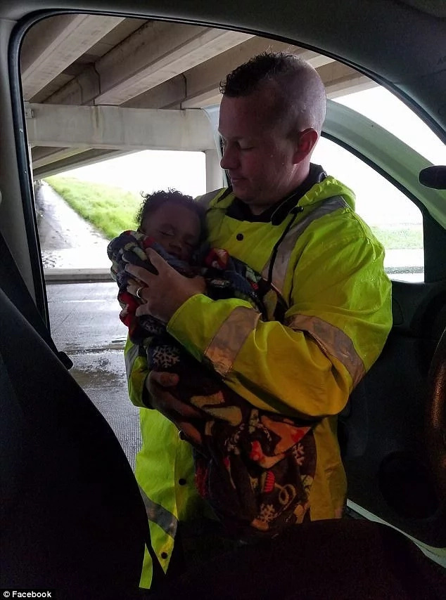 The policeman with adorable Paige after her rescue. Photo: Facebook/Christopher Diaz