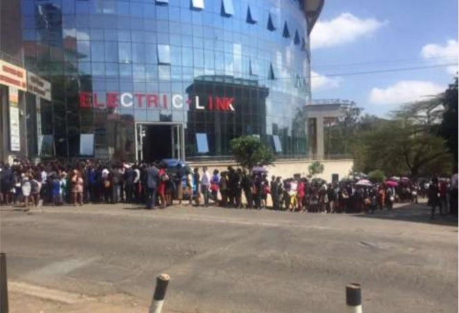 HUNDREDS of professionals make EXTREMELY long LINE to apply for job at news channel (photo, video)
