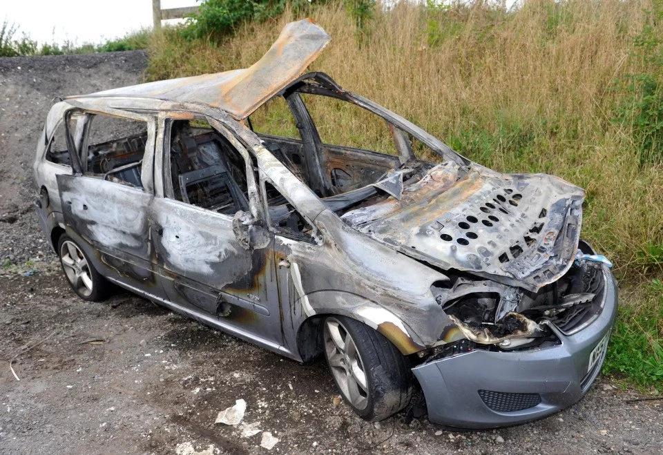 Auto de madre de cuatro queda envuelto en llamas y los deja a segundos de la muerte