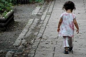 Una niña de 2 años fue encontrada deambulando sola en la calle