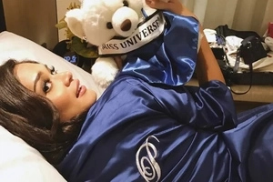 Pia Wurtzbach shares her 'hangover' photo, falling asleep with this guy...