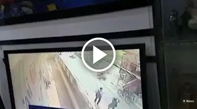 Mujer es brutalmente apuñalada por un hombre en público y nadie hace nada