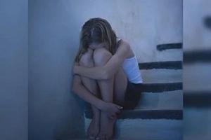 Una madre disfrazó a su hija de conejita de Playboy y ayudó a que la violaran