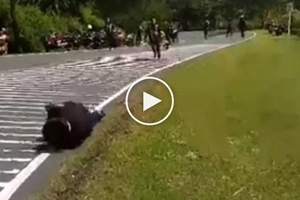 Sobrang brutal! 2 Pinoy motorcycle riders violently collide while performing stunt in Marilaque Highway
