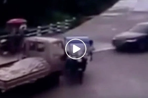 Mabilis magisip! Tricycle driver escapes DEATH when reckless truck crushes bike