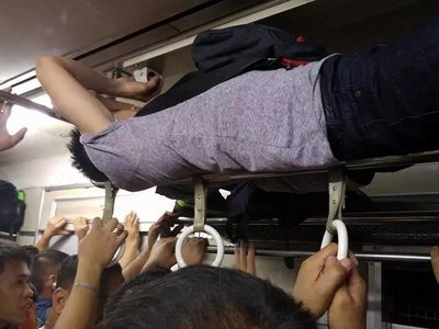 Find out what this passenger does inside a crowded train