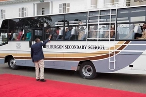 President Uhuru Kenyatta hands over brand new school buses to students (Photos)