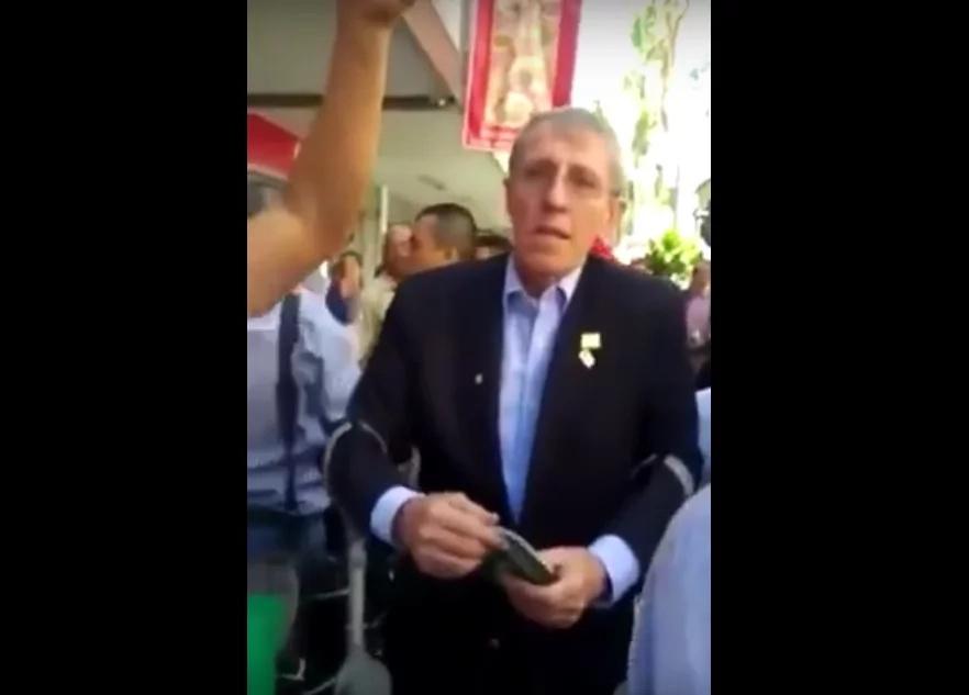Navarro Wolff fue atacado a gritos en la ciudad de Medellín