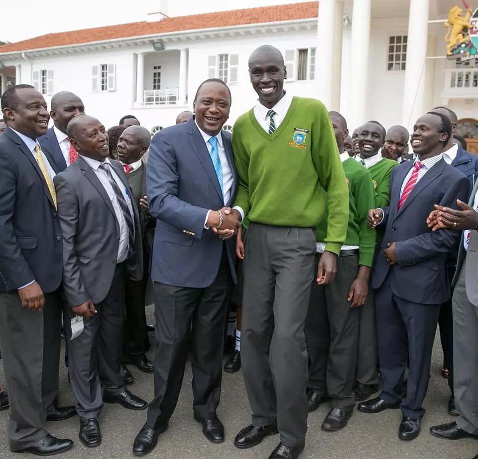 Uhuru akutana na mwanafunzi 'mrefu zaidi' humu nchini' katika Ikulu ya rais