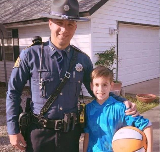 Este chico llamó a sus amigos para su cumpleaños, pero estaban desaparecidos. 2 días más tarde, los policías llegaron destrozando su puerta