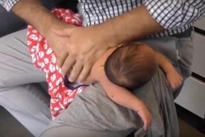 Doctor que quebró la espalda de un bebé de 4 días ha indignado a la gente