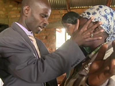 Mchungaji atumia DETTOL kama dawa ya kutibu magonjwa kanisani (picha)