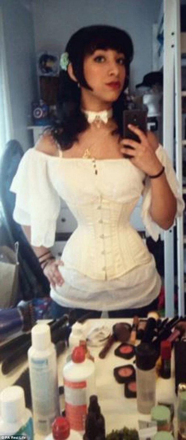 Meet woman, 20, who has tiny 45-cm waist after wearing corsets for 7 YEARS (photos)