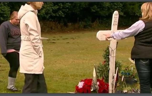 Una madre visita la tumba de su hijo cuando vio a una misteriosa mujer acercándosele