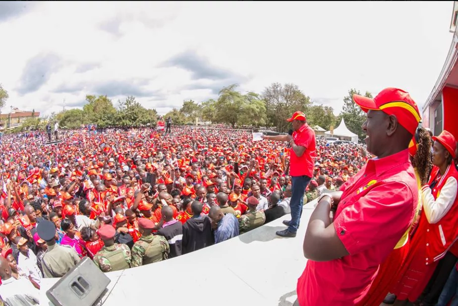 Uhuru badly heckled in Makueni, threatens local chiefs with dire consequences for supporting NASA (video)