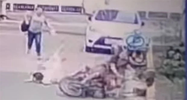Mother and daughter beat riding in tandem snatchers