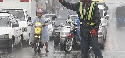 FIND OUT: Netizen admires this traffic enforcer; photo went viral