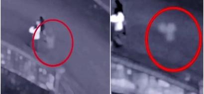 Este fantasma fue capturado en cámara mientras perseguía a una pareja en la calle (Video)