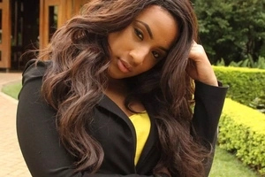 Popular news anchor shows off her sexy body in little swimming suit (photos)