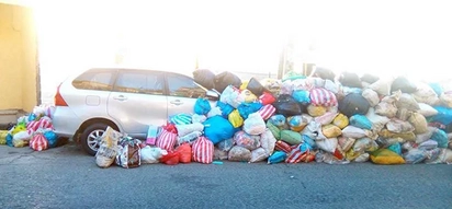 Binasura 'yung kotse! Car gets covered in piles of trash after illegally parking in dumpsite