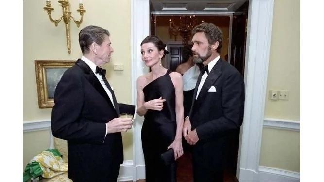 Audrey Hepburn dans la compagnie de dos hombres. | Getty Images