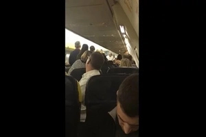 Un avión tuvo que aterrizar de emergencia debido a una violenta pelea entre pasajeros
