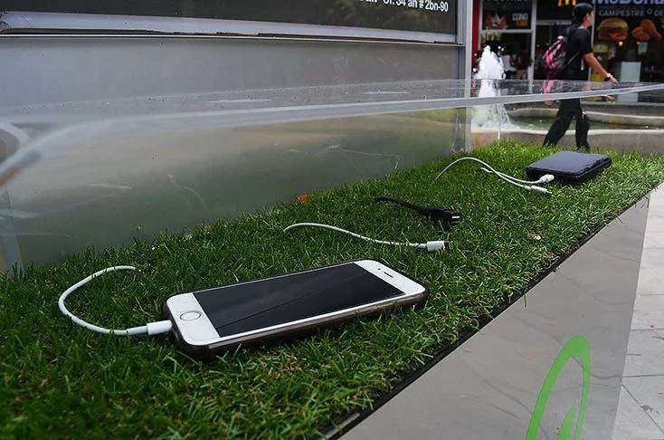 Caleños cargan sus celulares con energía solar