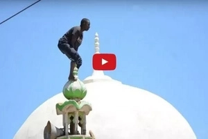 Drama as Nyeri man tries to commit suicide from mosque roof top (video)