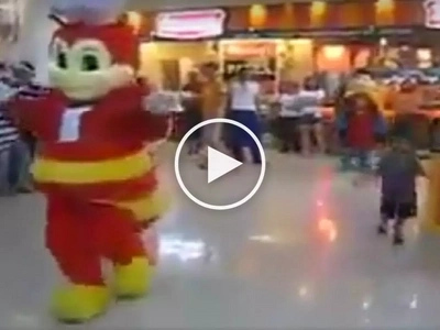 Sobrang galing nila! Netizens go crazy over fierce dance battle in mall between Jollibee and Shakey's mascots