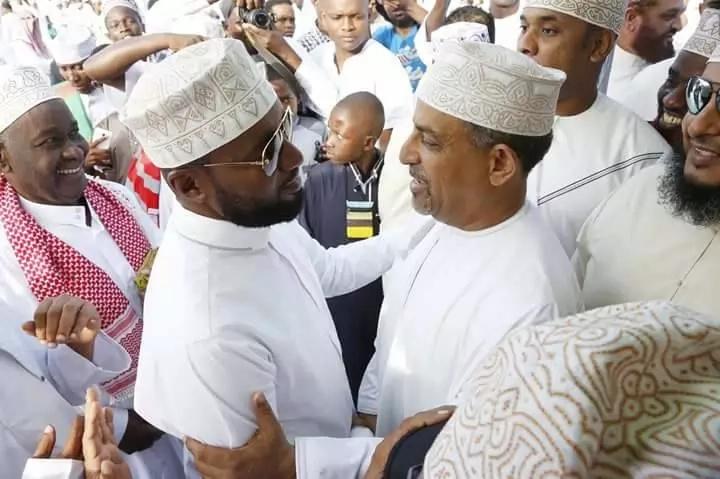 Adui mpende…Joho na mahasimu wake wakutana kwenye Eid na kula na kunywa pamoja (Picha)