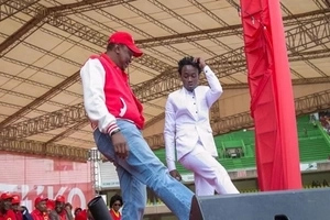 Photos of Uhuru DANCING with a famous dance group prove he is Kenya's coolest president(video)