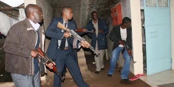 Pata kujionea hawa maafisa wa Flying Squad wakikabiliana na mwizi wa gari katika kituo cha petroli