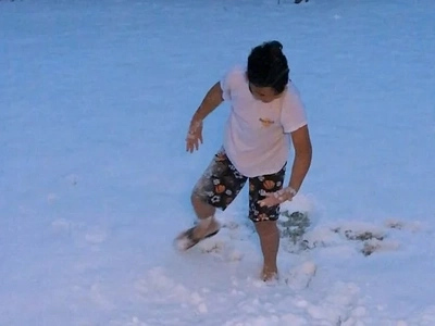 Di mapantayang tuwa! Filipino boy captures netizens hearts after going crazy seeing snow for the first time