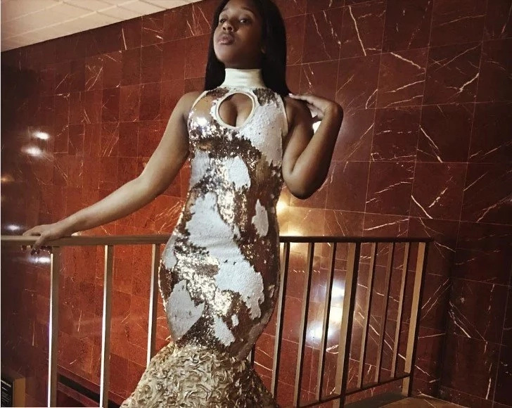 Stunning! Dress transforms from white to GOLD with just touch of hand and people go crazy about it (photos, video)