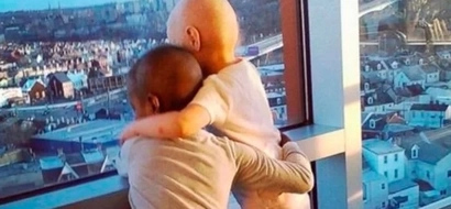 Fotografía conmovedora: Dos niñas con cáncer se abrazaron mirando por la ventana del hospital