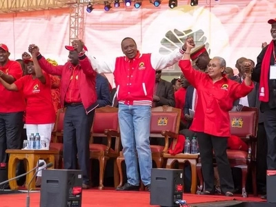 Kijana wa miaka 26 apata kandarasi ya kumshonea Rais Uhuru Kenyatta jaketi (PICHA)